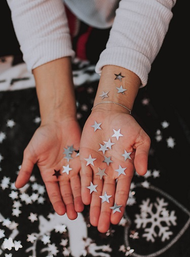 Sparkly stars in a lady's hands, depicting the exciting events coming this December